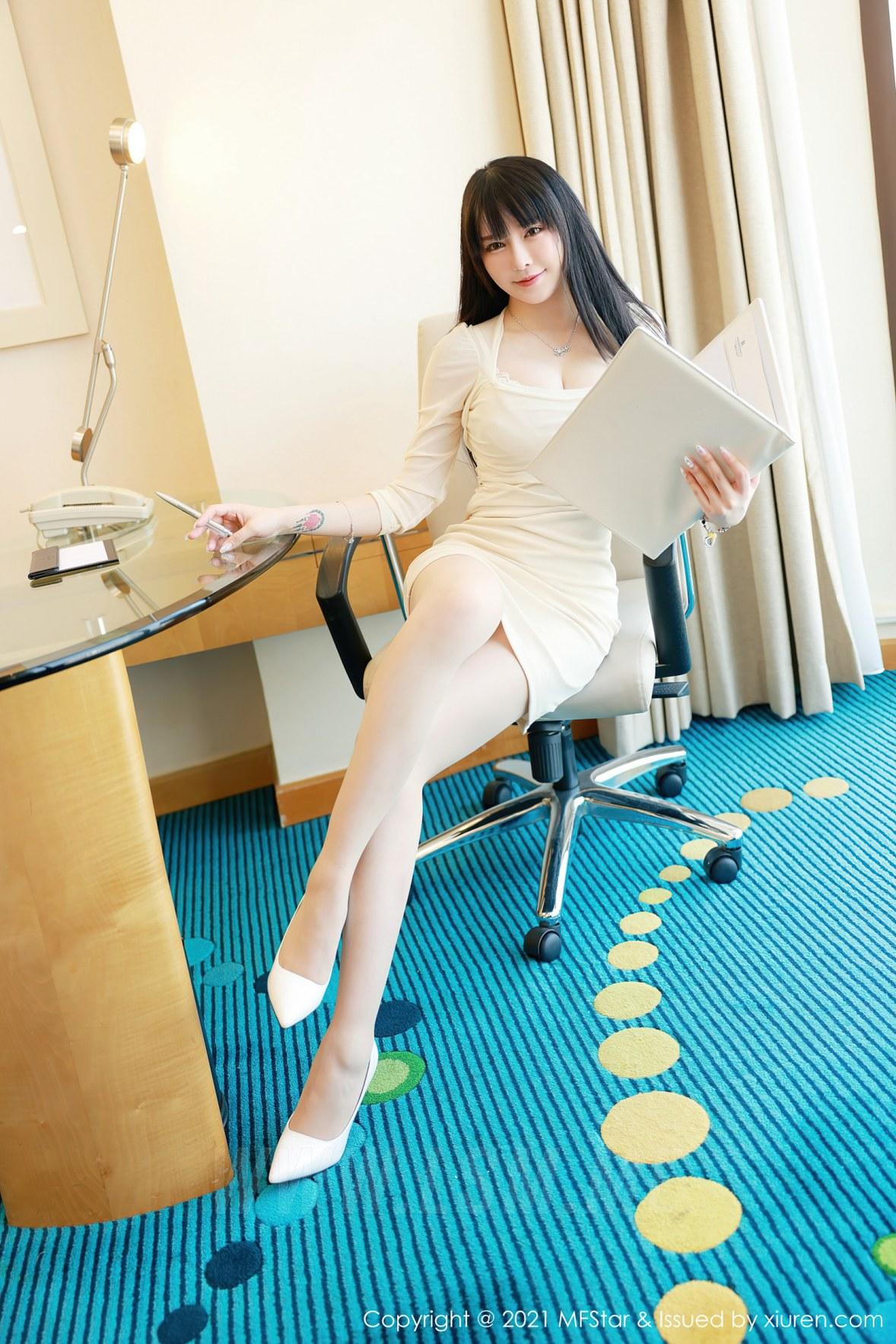 MFStar 模范学院 Vol.472  超低深V 玉兔miki 明艳短裙写真 - 2