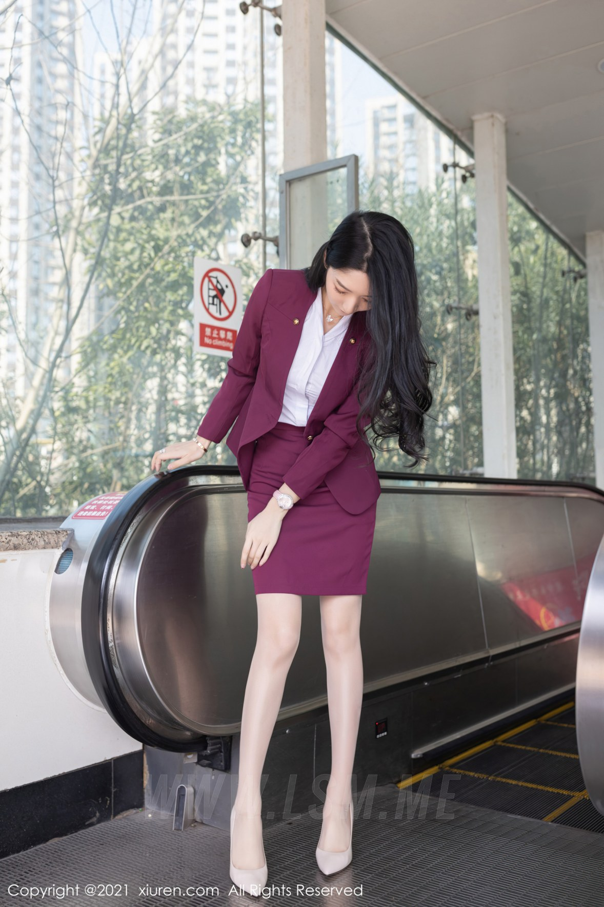 XiuRen 秀人 No.3092  angela小热巴 末班地铁酒红色职业 - 1