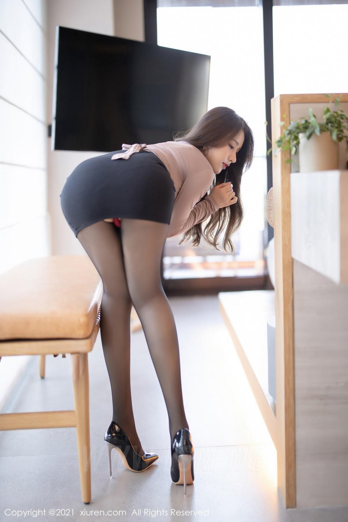 XiuRen 秀人 No.3316  典雅的短裙OL 徐安安 三亚旅拍写真 - 4