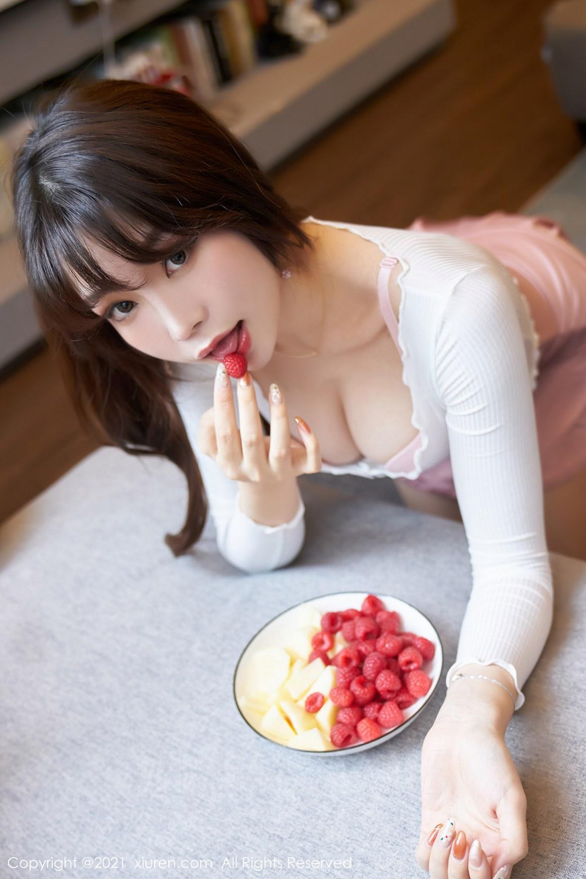 XiuRen 秀人 No.3344  粉色内衣与短裙 芝芝Booty  性感写真 - 1