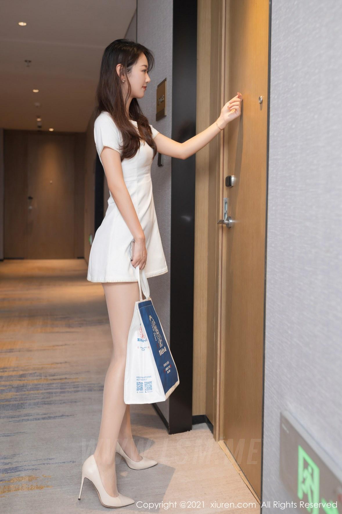 XiuRen 秀人 No.3895 借宿学长家主题 唐安琪 性感写真11 - 2